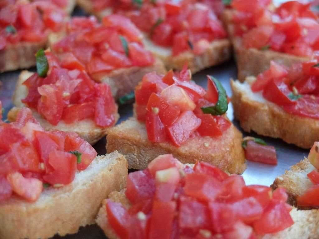 Un antipasto imperdibile: bruschetta al pomodoro.