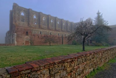 The Abbey looks even more legendary in the fog | Ph. Carlo Tardani (Flickr Creative Commons)