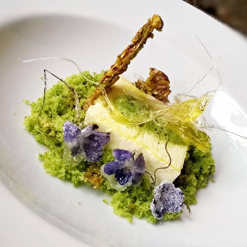 Una creazione petalosa di Dievole: panna cotta all'olio extravergine d'oliva DOP di Dievole #chianticlassico con croccante di pistacchi salati, spuma di sedano , capsula ripiena di olio e violette cristalizzate
