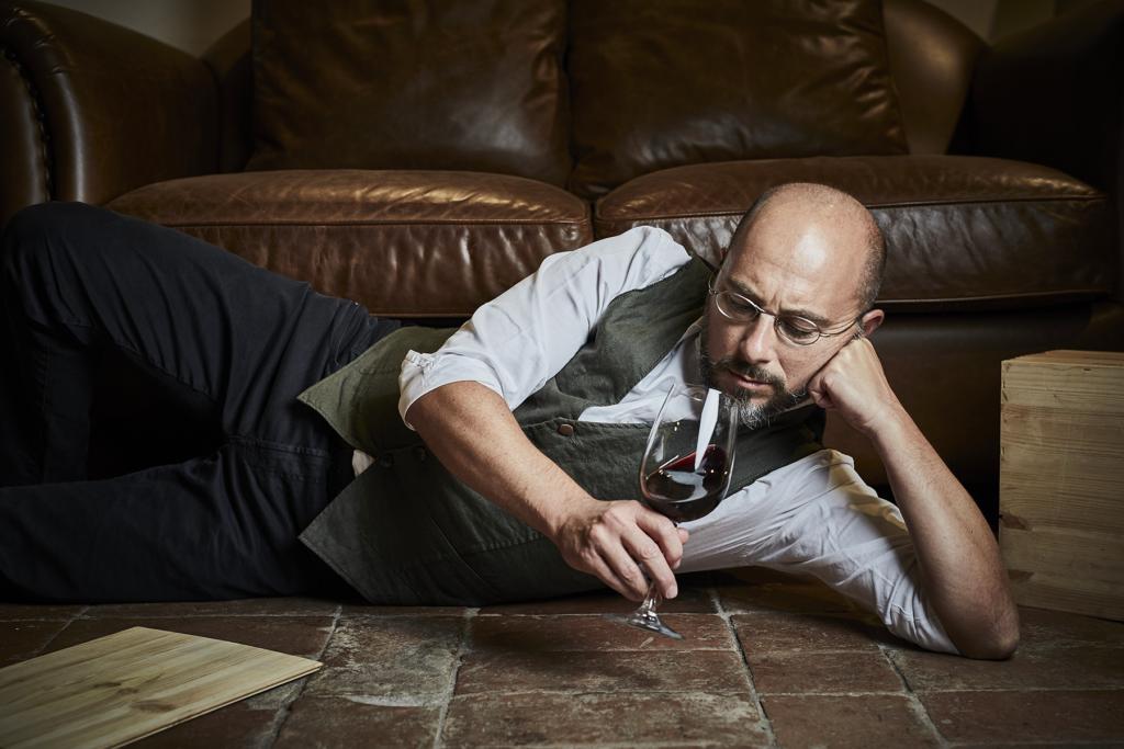 Anche nelle giornate di relax, Filippo Bartolotta ha sempre del vino in mano